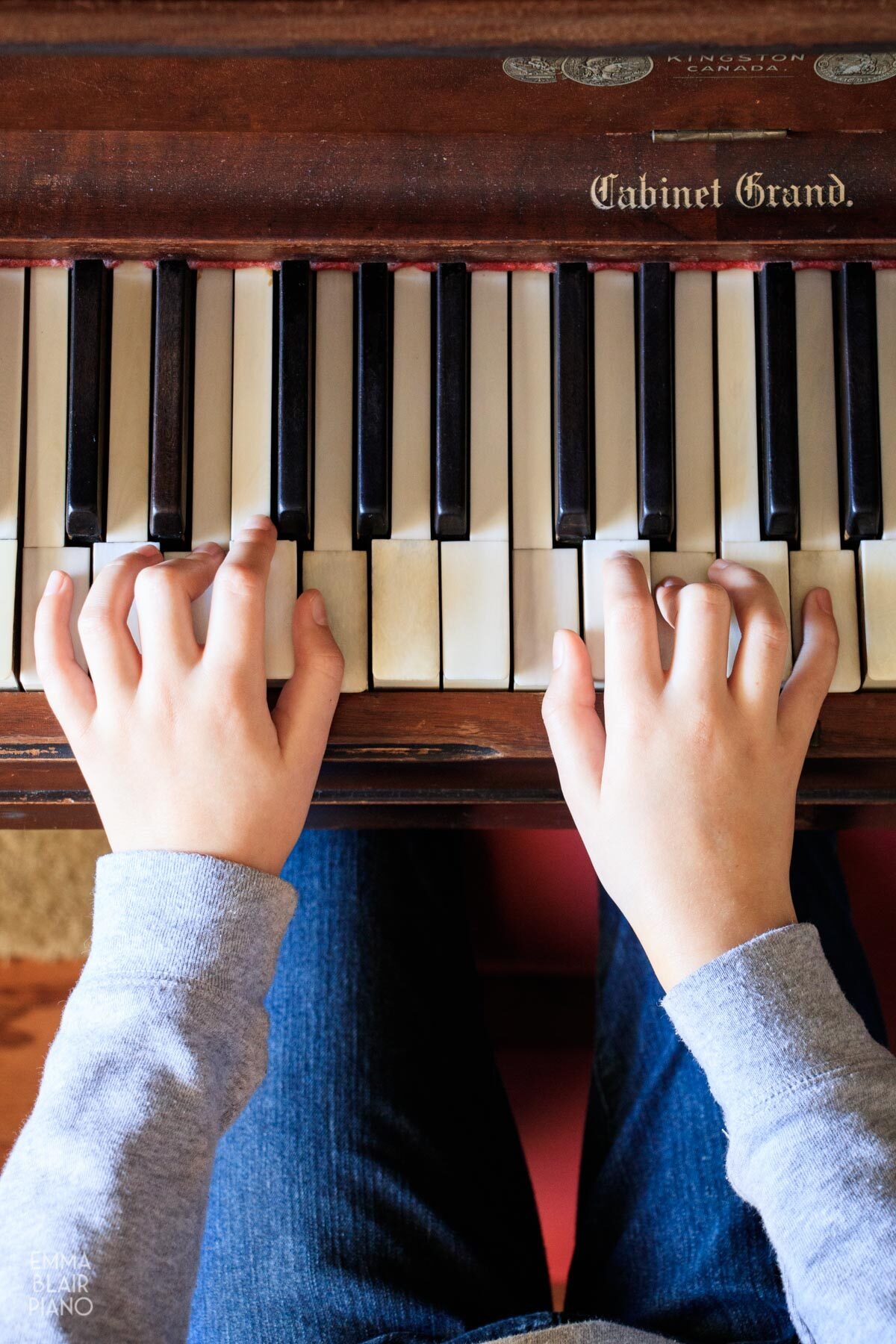 girl playing C major chords on a piano